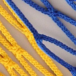 Voetbaldoelnet met een afmeting van 7,5 x 2,50 x 2,00 x 2,00m.  Mazen 12 x 12 cm. Draaddikte Ø 4 mm knooploos polypropyleenkoord met een spanlijn in het dak.  Kleur blauw/geel. Prijs per stel.