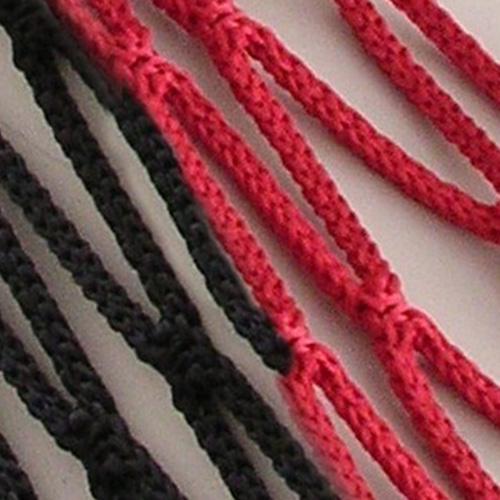 Voetbaldoelnet met een afmeting van 7,5 x 2,50 x2,00 x 2,00m.  Mazen 12 x 12 cm. Draaddikte Ø 4 mm knooploos polypropyleenkoord met een spanlijn in het dak.  Kleur rood/zwart. Prijs per stel.