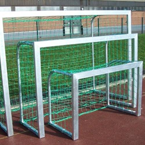 Verplaatsbaar mini doel afmeting 2,40 x 1,60 cm. Deze mini doelen zijn speciaal ontwikkeld voor voetbaldrainingen en meerder balsporten zoals straathockey en straat voetbal.Doelframe heeft een profiel van 80 x 40 mm en is uit een stuk gelast.Nu