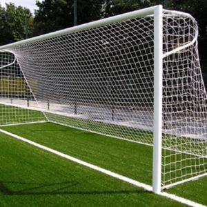 Alu voetbaldoel P model 7,32 x 2,4 meter Goedgekeurd door de FIFA. Bovenlat en doelpaal hebben een profiel van 100 x 120 mm met aan de achterkant een glijgoot voor de bevestiging van de nethaken. De doelen zijn wit gecoat en worden geleverd inclusief gron