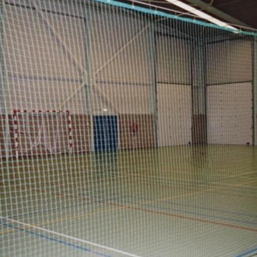 Tennisveld afschermnet: Materiaal: Knooploos polypropyleen. Maaswijdte: ca 45 x 45 mm. Draaddikte: 2,3 mm. Afwerking: Rondom een randlijn:onderzijde een loodkoord, voorzien van een staalkabel, met 2 spanschroeven en 3 symplexhaken per meter. Inclu