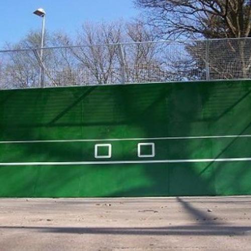 Het parabolische speeloppervlak zorgt ervoor dat de bal zuiver terug komt. De ideale trainingspartner voor beginners en gevorderden.  De oefenmuur is uit Polymehrbeton vervaardigd, roestvrij en absoluut weerbestendig. Heeft een extra bescherming door een