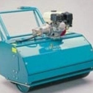 Zeer robuuste motorwals met eendelige walsrol. Viertakt motor Honda GX 160, 4 KW 5,5 PK, 3600 toeren/min. Elektronische contactloze ontsteking. Olie waarschuwing, stille motor met isoleerkap. Gemakkelijk te starten door de compressieautomaat. Sn