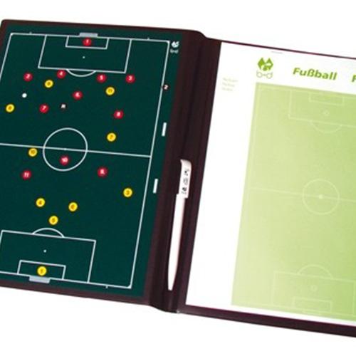 Mini tactiek map voor voetbal. Links een magneet bord en rechts een notitieblok met balpen.inclusief magneten.Map is afwasbaar.Prijs per stuk.