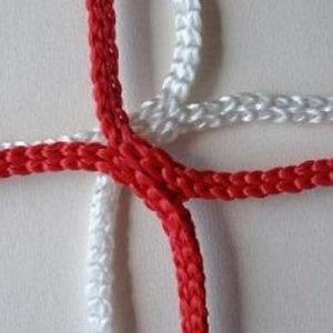 Voetbaldoelnet met eenafmeting van 7,50 x 2,5 x 0,8 x 2m .Mazen 12 x 12 cm,draaddikte 4 mm knooploos polypropyleen met een spanlijn in het dak. Kleur rood/wit.Prijs per stel.