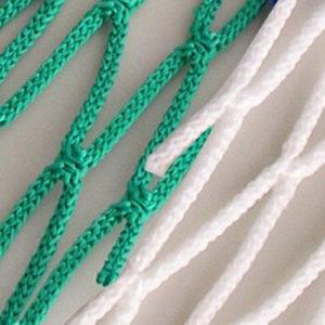 Voetbaldoelnet met eenafmeting van 7,50 x 2,5 x 0,8 x 2 m. Mazen 12 x 12 cm,draaddikte 4 mm knooploos polypropyleen met een spanlijn in het dak. Kleur groen/wit.Prijs per stel.